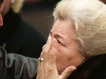 Maria Hölzel beim Begräbnis ihres Sohnes im Jahr 1998.