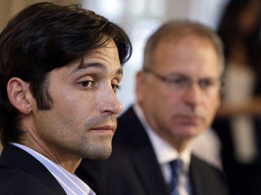 Der Kläger Michael Egan und sein Anwalt bei einer Pressekonferenz in Beverly Hills.