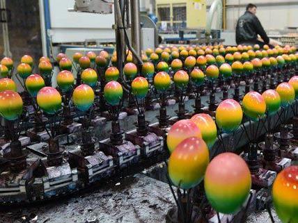 So werden die Ostereier maschinell gefärbt.