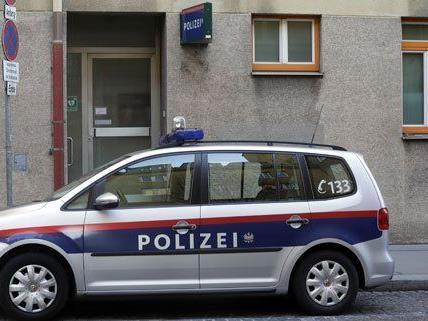 Die Polizei sucht nach einem Überfall nach zwei Jugendlichen.