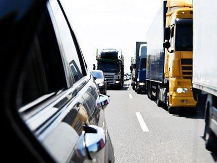 Sperre auf der A21 Richtung Wien nach Unfall