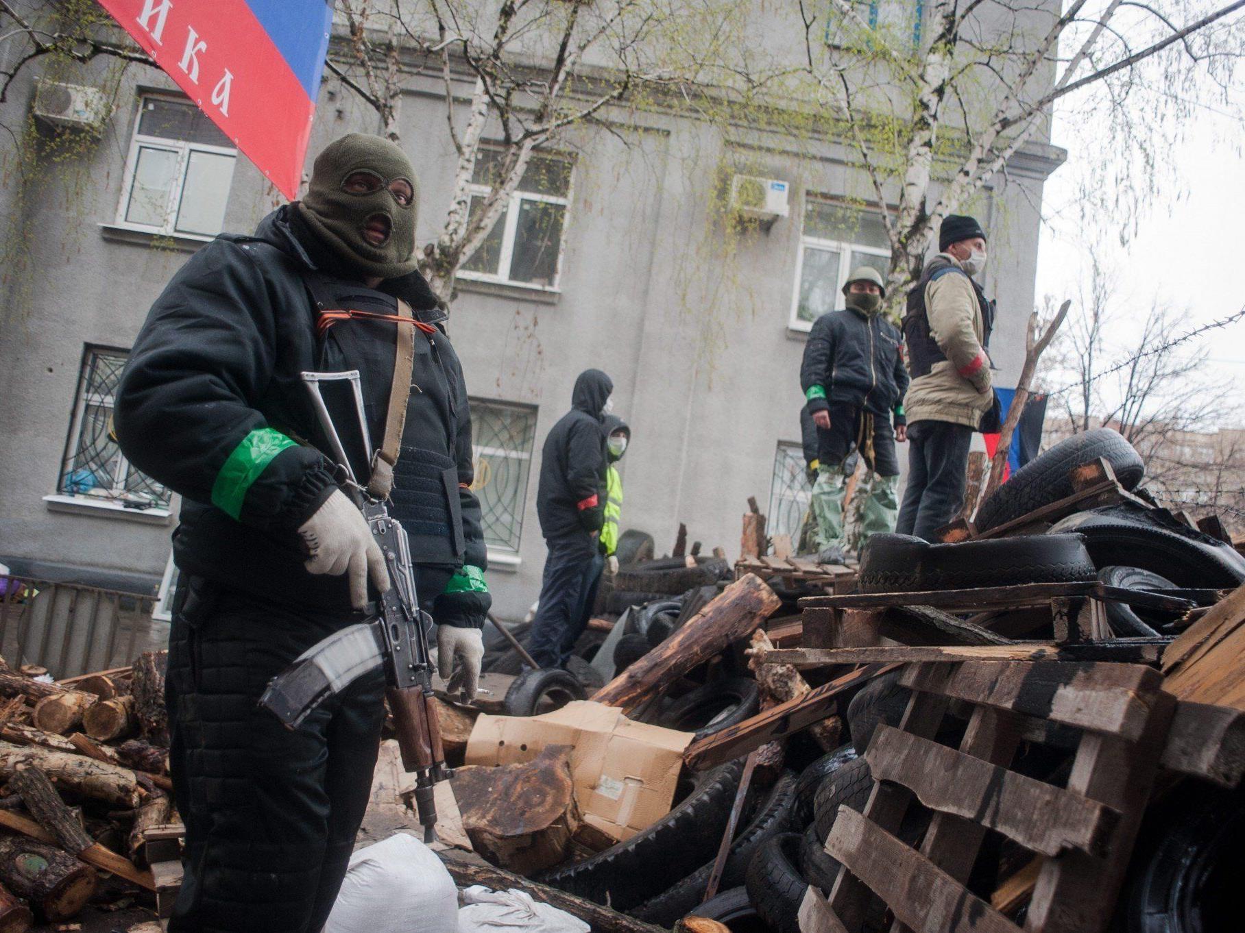 Pro-russische Milizen haben Polizeistationen gestürmt und die Waffenkammern geleert.