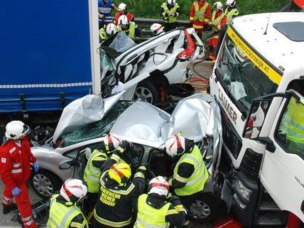 Zahlreiche Einsatzkräfte waren am Montag an der Unfallstelle.