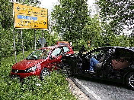 Ein Pkw wurde gegen das Verkehrsschild geschoben.