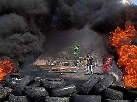 Brennende Autoreifen in Sao Paulo