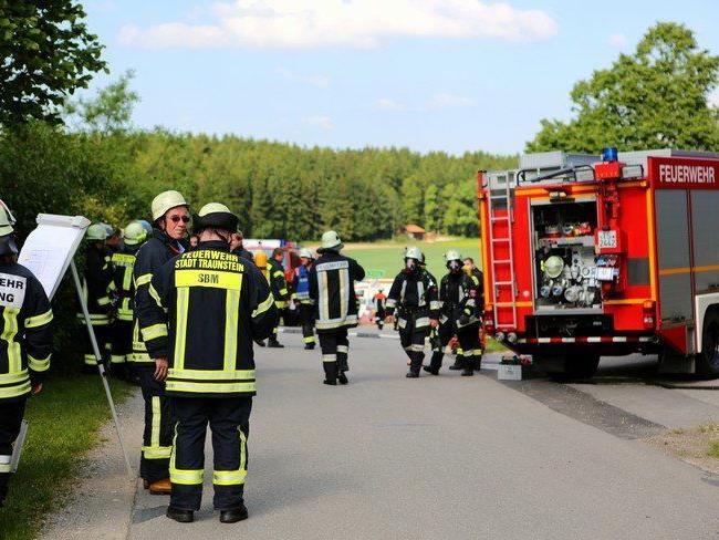Es waren mehr als 20 Feuerwehrfahrzeuge sowie etliche Fahrzeuge des BRK im Einsatz.