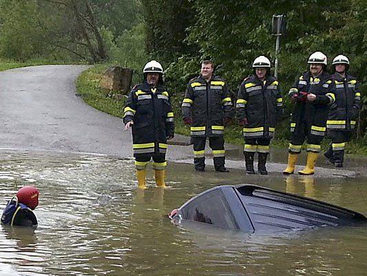 Einsatzkräfte bei einer Fahrzeugbergung im Bezirk St. Pölten.