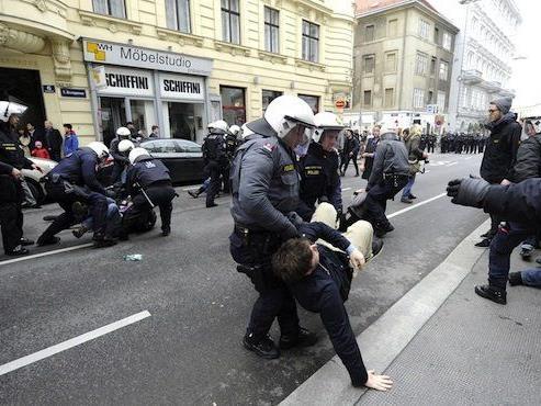 Die Polizei und einige Demonstranten gerieten bei Demo aneinander