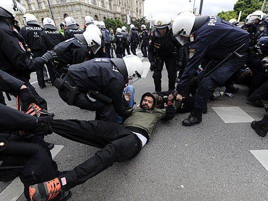 Polizisten und Demonstranten gerieten bei der Demo in Wien aneinander