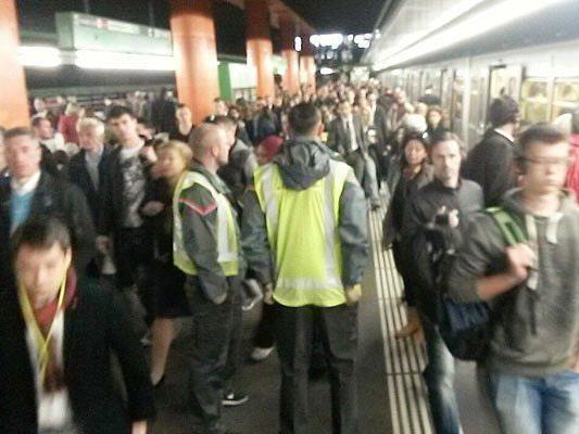 Massen an Fahrgästen warteten auf die U4