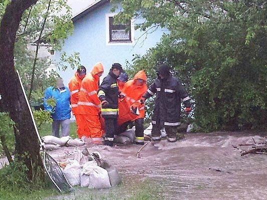 Feuerwehr im Dauereinsatz: Einsatzkräfte während einer Menschenrettung am Freitag in Lehenrotte im Bezirk Lilienfeld