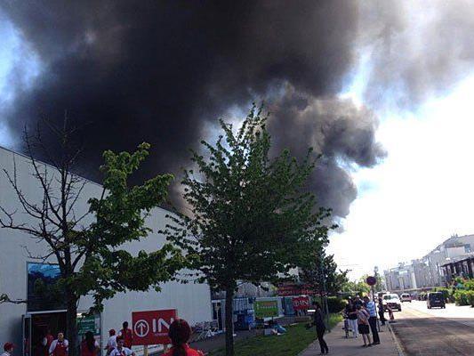 Rauchgasentwicklung auf dem Dach des Einkaufszentrums