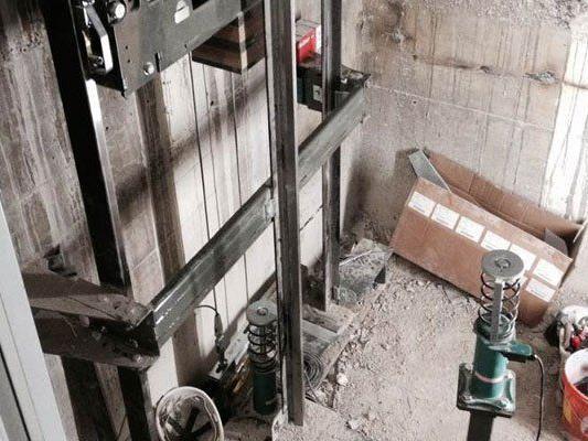 Arbeitsunfall mit Aufzug: Der Mann wurde schwer verletzt.