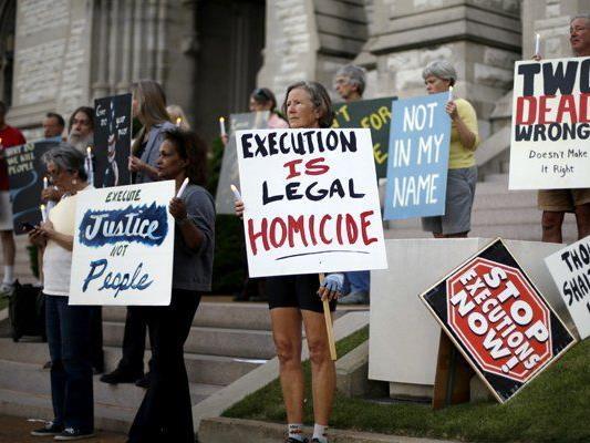 Vor der geplanten Hinrichtung demonstrieren Menschen gegen die Todesstrafe.