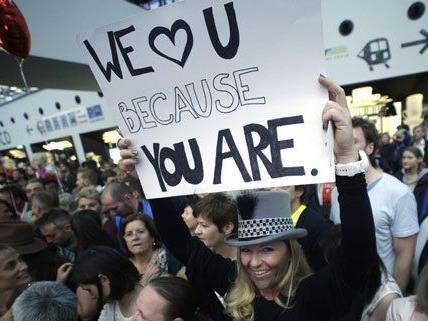 Am Wiener Flughafen wurde Conchita Wurst von vielen Fans erwartet.