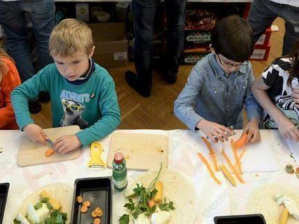 "200 Kinder bereiteten in Wien am Freitag den ""Disco-Salat"" zu."
