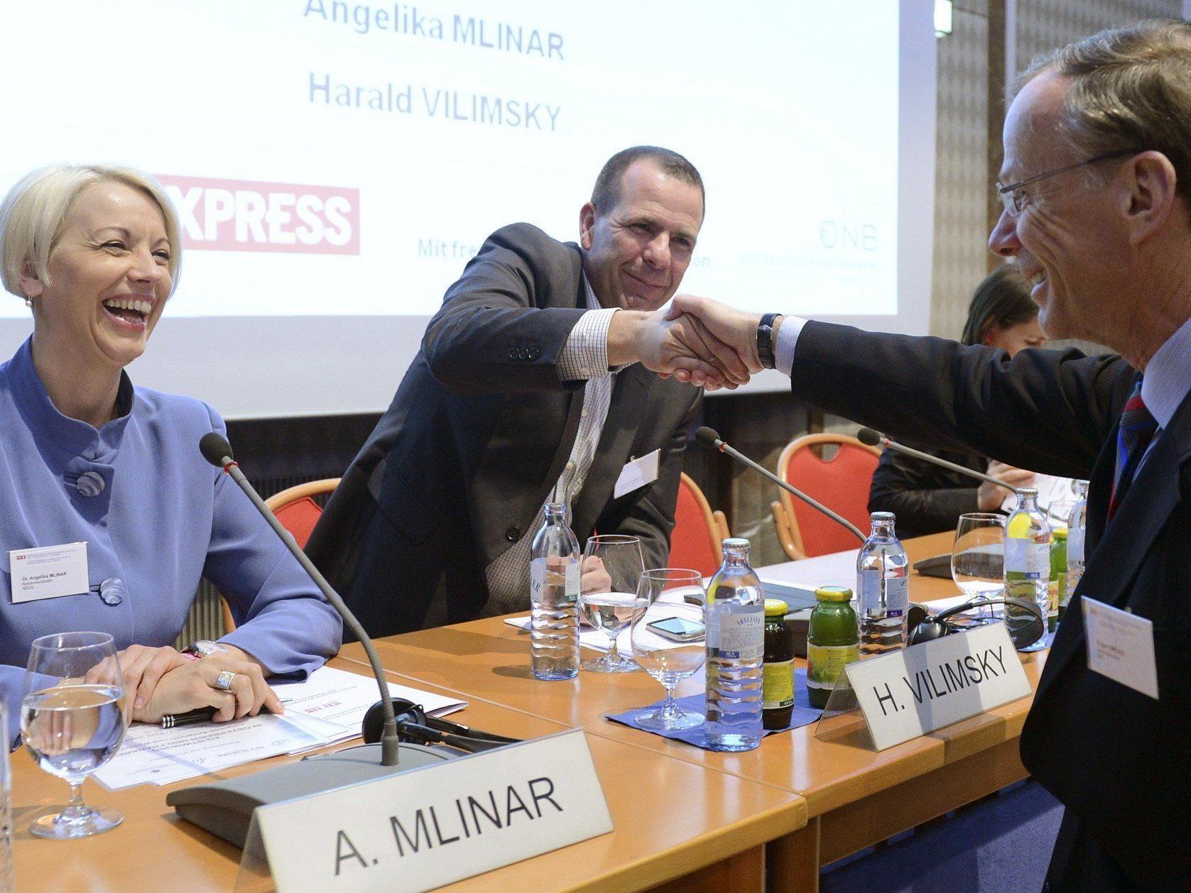 Vilimsky (Bildmitte) zeigt sich hocherfreut.