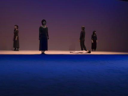 """""""Interieur"""", Claude Regys Bearbeitung von Maurice Maeterlinck, werden in Zeitlupe vollführt und führen das Publikum gleich in einen anderen Bewusstseinszustand über."""