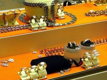 Trickdiebstahl in einem Juwelier in der City.