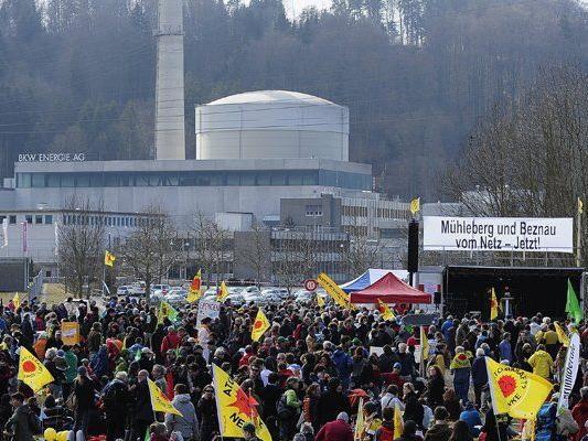 Im März 2012 demonstrieren Atomkraftgegner am Jahrestag der Atomkatastrophe von Fukushima vor dem AKW Mühleberg.