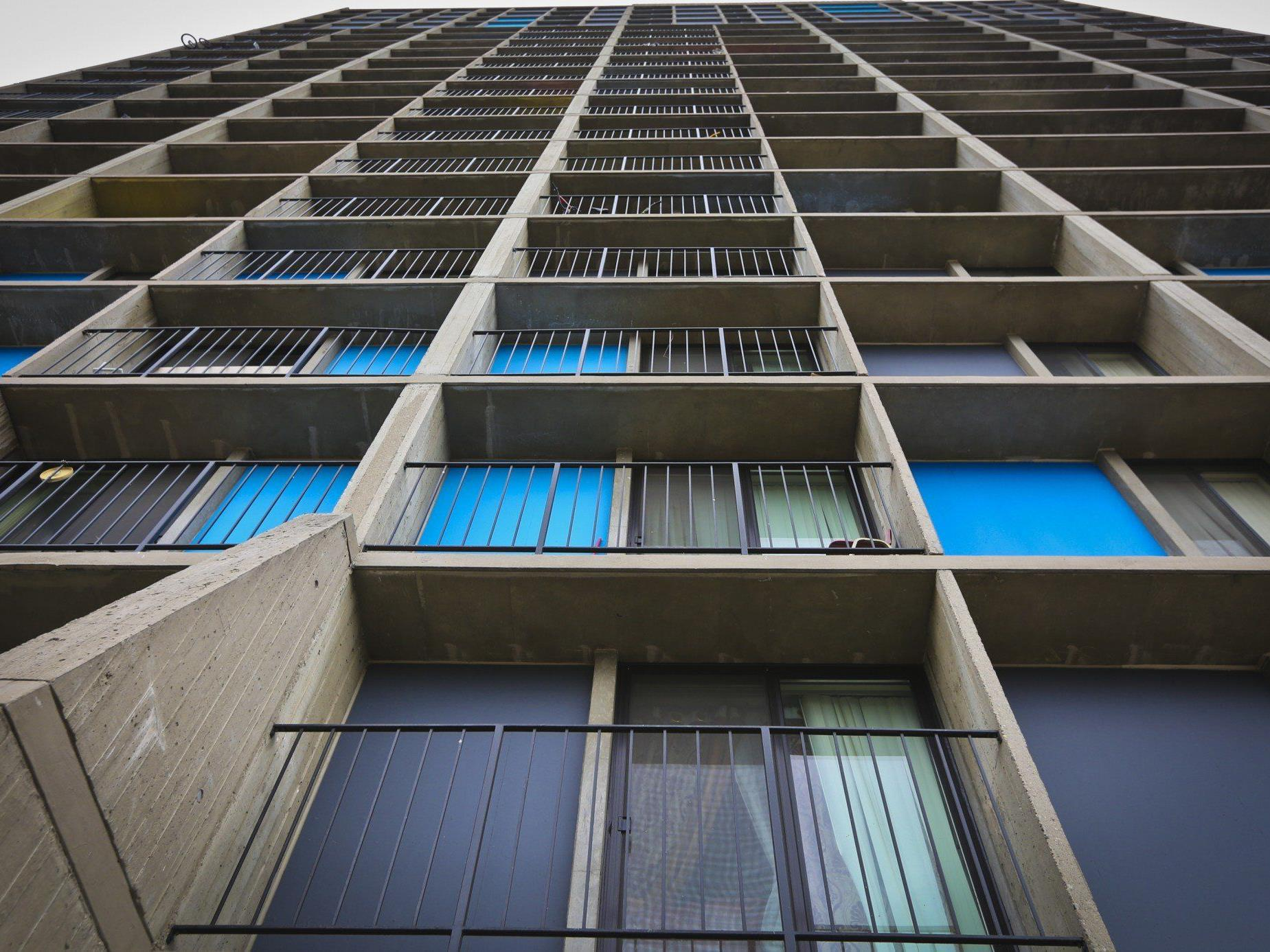"""""""Miracle baby"""" rutscht in unbeaufsichtigtem Moment vom Balkon dieses Gebäudes."""