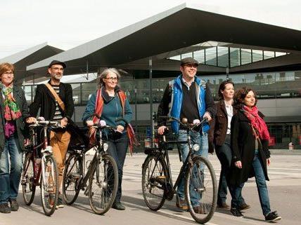 Mit dem Fahrrad kann auf geführten Expeditionen das Areal des Hauptbahnhofs erkundet werden.