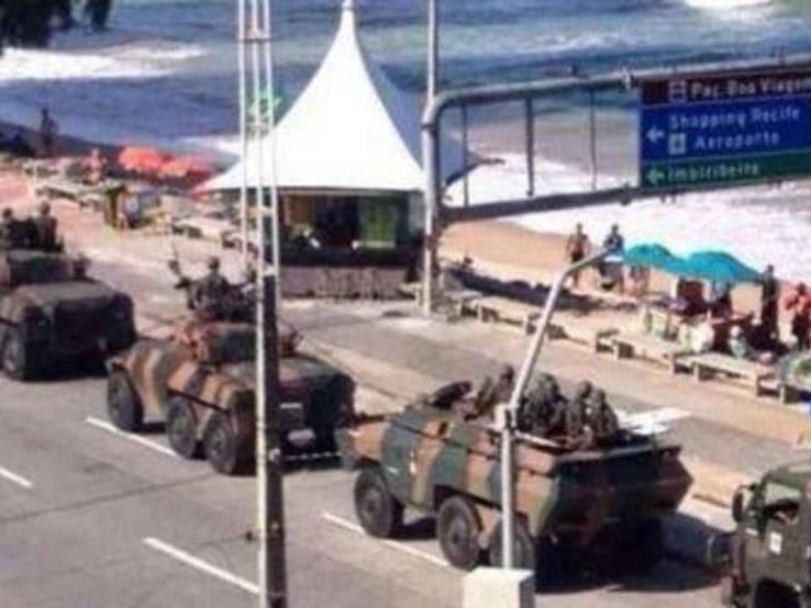 Panzer fahren am Strand von Recife auf.