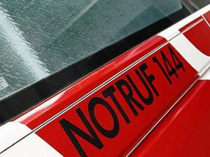 Bei einer Auto-Besichtigung wurde eine 39-jährige Frau eingeklemmt.