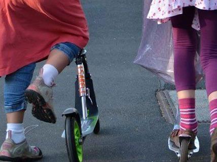 Immer mehr Kinder in Wien fahren mit dem Tretroller zur Schule.