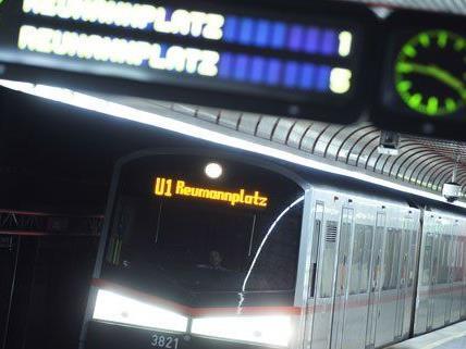in der U-Bahnlinie U1 soll ein Pärchen mehrere Fahrgäste beraubt haben.