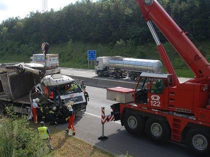 Der Lenker wurde bei dem Unfall verletzt.