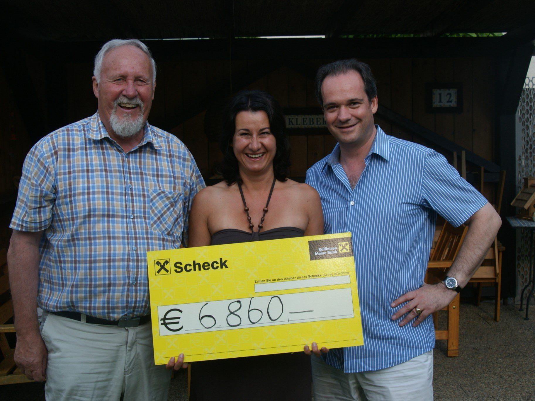 Hans Kleber überreichte an Geben für Leben Obfrau Susanne Marosch knapp 7000 Euro.