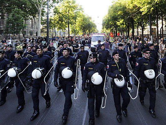 """Polizeiaufgebot bei der Kundgebung Offensive gegen Rechts """"Burschenschafter umzingeln - Raus auf die Straße gegen Rechts!"""""""
