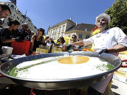 Zubereitung des größten veganen Spiegeleis der Welt bei der Veganmania in Wien