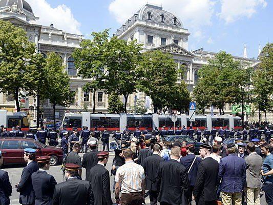 """Burschenschafter während der Kundgebung """"Kein Mal und nie wieder"""" des Bündnis NOWKR gegen das """"Fest der Freiheit"""" vor der Universität in Wien"""