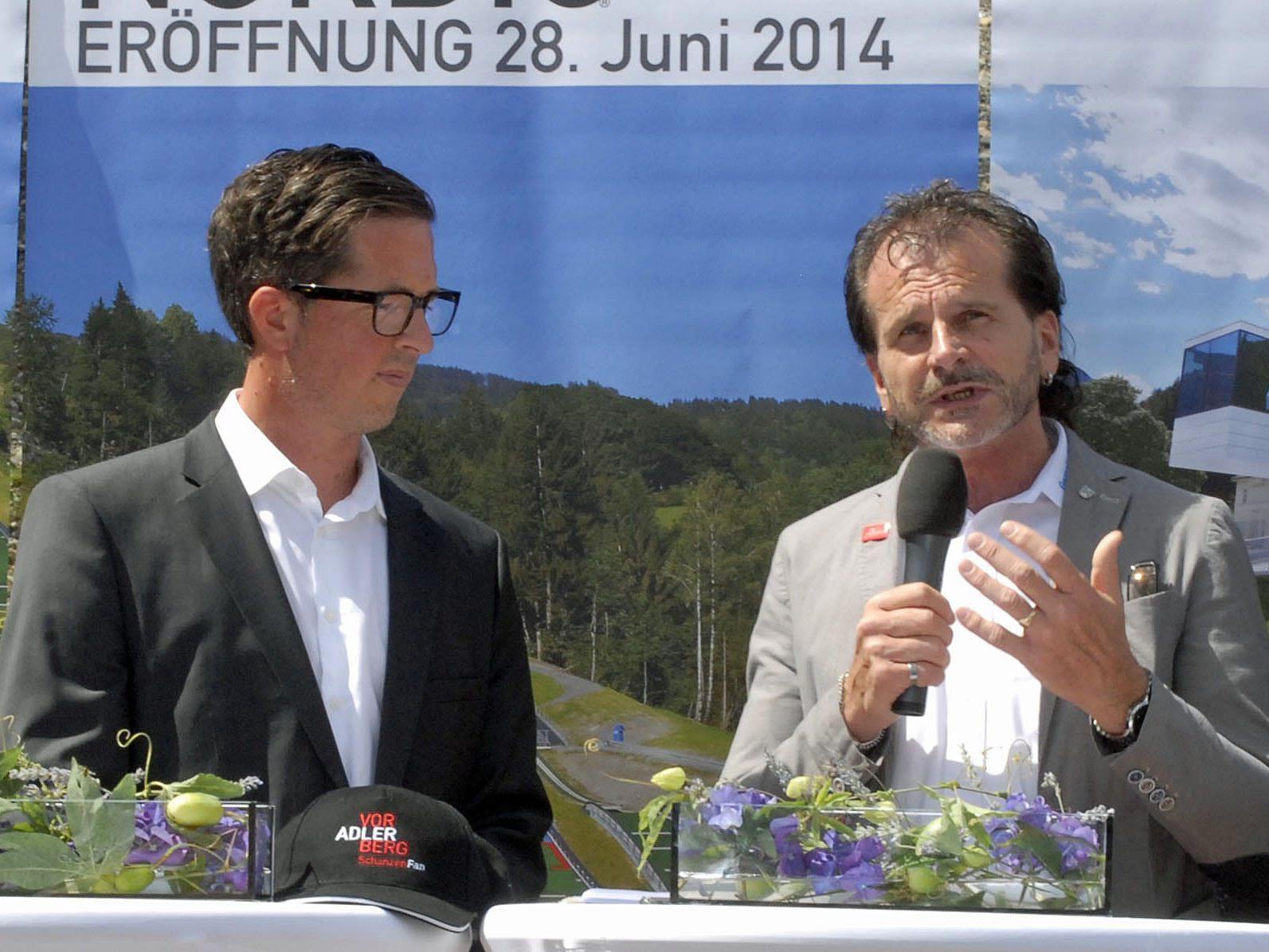 """Moderator Christian (""""Chisi"""") Speckle im Gespräch mit dem Bürgermeister der Gemeinde Tschagguns, Herbert Bitschnau"""
