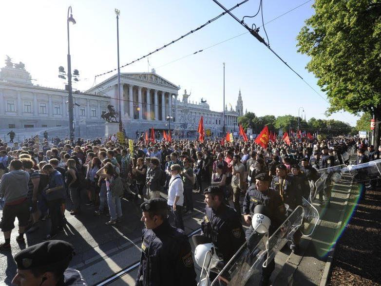 """Gegen-Demo zum """"Fest der Freiheit"""" in Wien."""