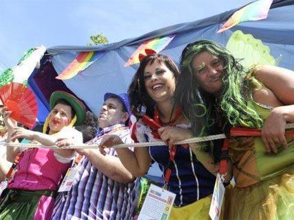 Gute Laune bei der Regenbogenparade in Wien.
