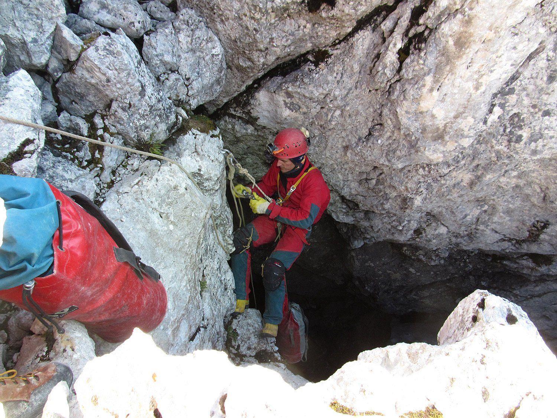 Ein Retter am unscheinbaren Eingang der über 1.000 Meter tiefen Riesending-Höhle.