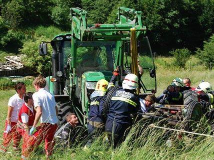 Im Bezirk Mödling wurde ein Mann unter einem Traktor eingeklemmt.