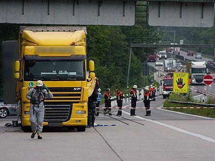 Der Lkw wurde abgesichert und das Gefahrgut entschärft.