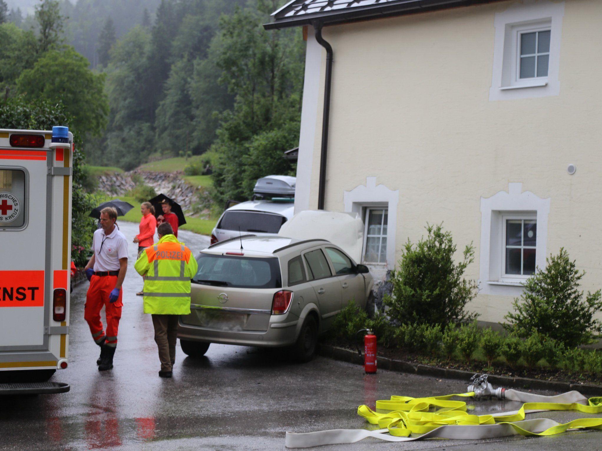 Auf der B305 bei Unterau ist ein Salzburger in einer Hauswand gekracht.
