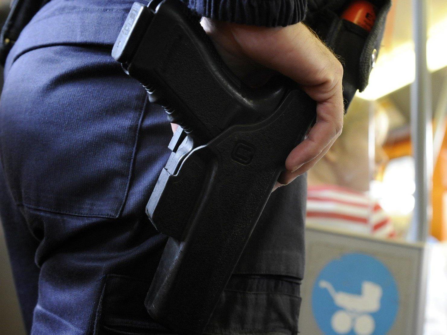 Während einer Personenkontrolle wollte ein Mann einem Polizisten die Dienstwaffe entreißen.