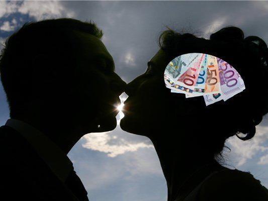 Männer ist das Geld bei der Partnerwahl unwichtiger als Frauen.