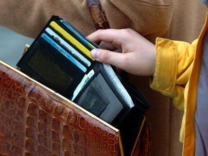 Der junge Bursche soll insgesamt 97 Geldbörsen gestohlen haben.