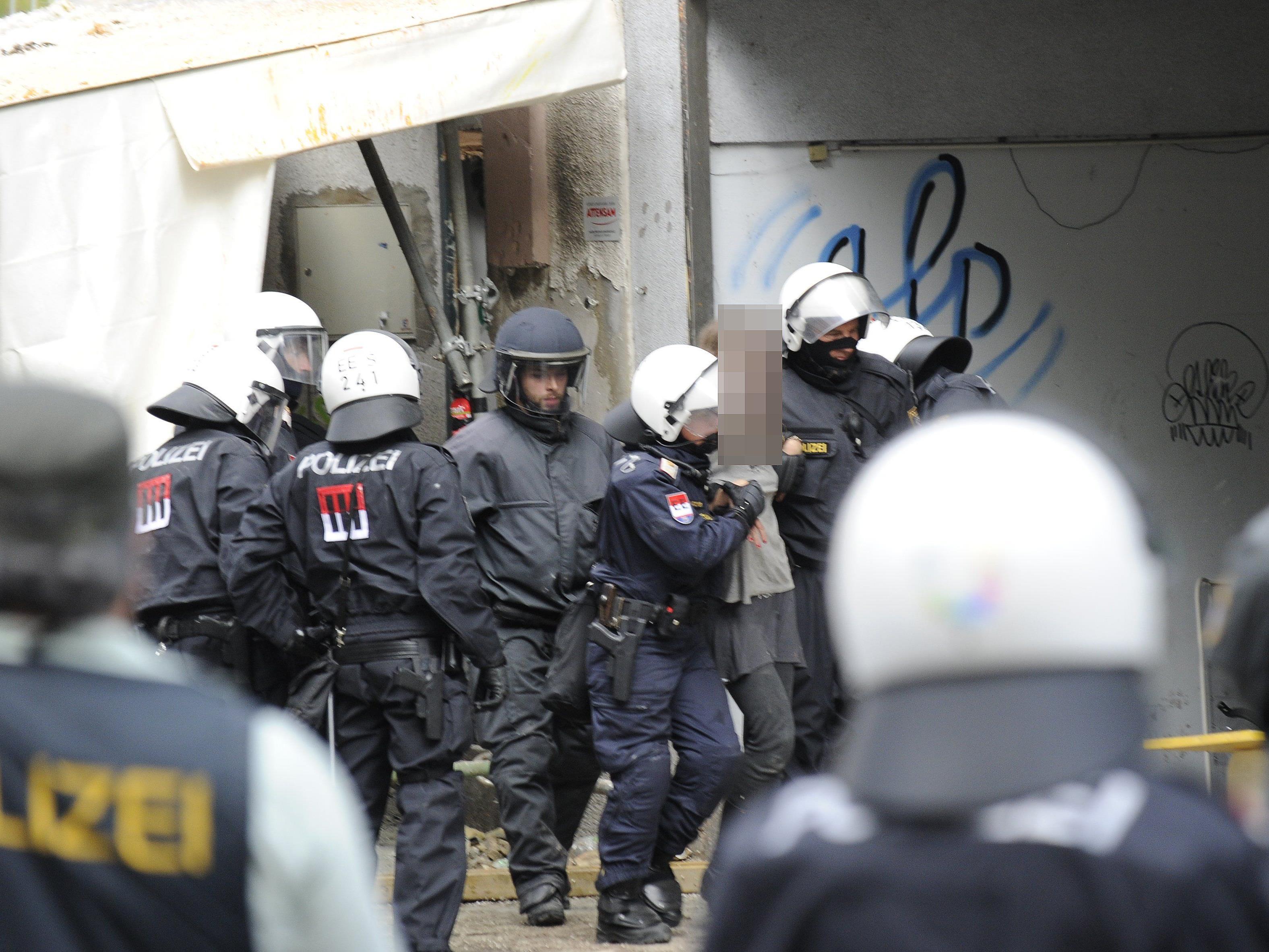"""Polizeieinsatz beendet: 19 Personen wurden aus dem Inneren der """"Pizzaria Anarchia"""" abgeführt."""