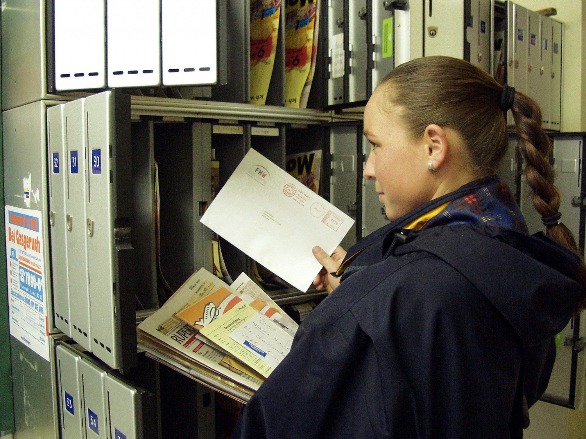 Eine Postmitarbeiterin vergriff sich an fremden Briefen und bereicherte sich
