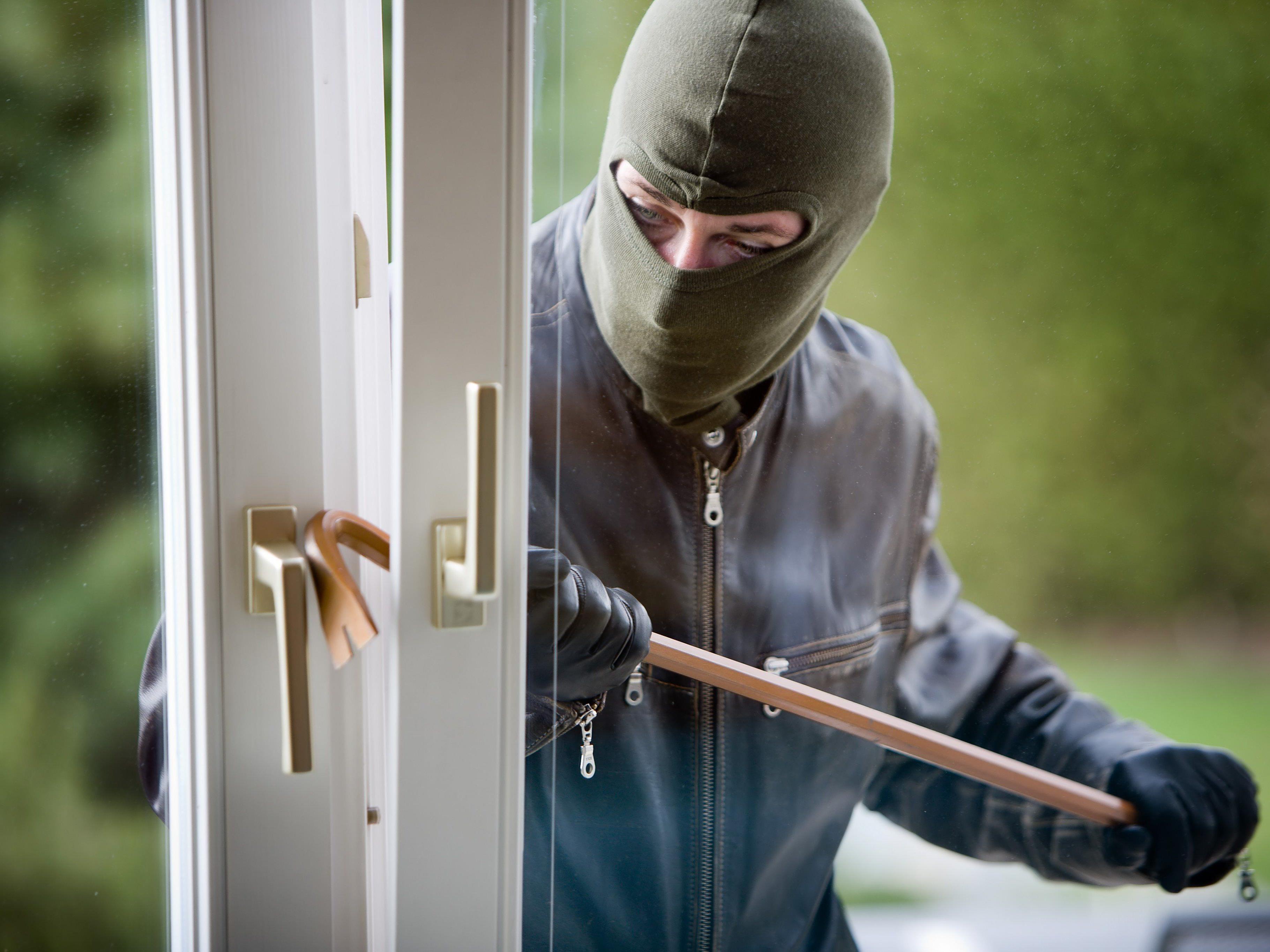 Ein Einbrecher weckte eine Frau in Ottakring