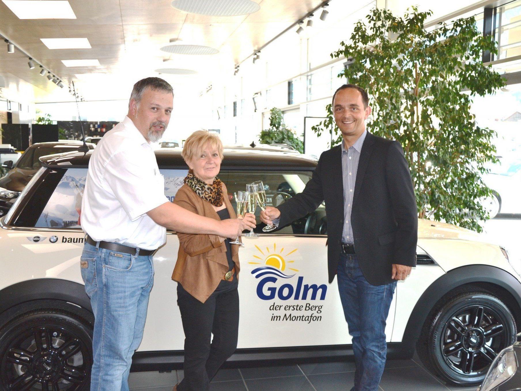 Ursula van Ast aus Schruns mit Ihrem neuen Gefährt – einem nagelneuen Mini Cooper R56.