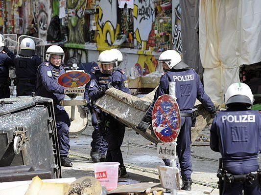 """Wer bezahlt für den Großeinsatz der Polizei bei der Räumung der """"Pizzeria Anarchia""""?"""